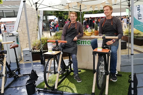twee lachende mensen op een fiets
